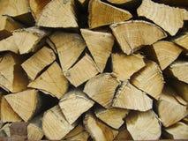 Natuurlijke houten achtergrond Brandhout op de winterstapel wordt gestapeld en wordt voorbereid van houten logboeken dat Royalty-vrije Stock Afbeelding