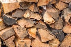Natuurlijke houten achtergrond, close-up Het brandhout wordt gelegd en op de de winterstapel van houten logboeken voorbereid Royalty-vrije Stock Foto's