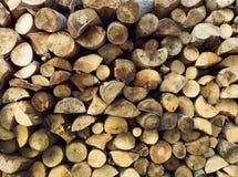 Natuurlijke houten achtergrond - close-up van gehakt brandhout Brandhout op de winterstapel wordt gestapeld en wordt voorbereid v Stock Fotografie