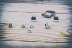 Natuurlijke houten achtergrond plastic bevestigingsmiddelen, metaal allen voor autoreparatie royalty-vrije stock afbeeldingen