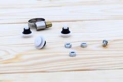 Natuurlijke houten achtergrond plastic bevestigingsmiddelen, metaal allen voor autoreparatie royalty-vrije stock foto's