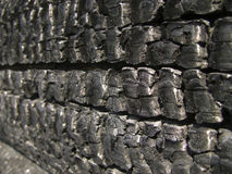 Natuurlijke houten die houtskool op wit, hardhouthoutskool wordt geïsoleerd Details op de oppervlakte van houtskool De zwarte ach Stock Foto