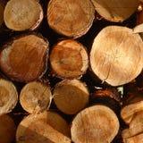 Natuurlijke houten die logboeken in stapel worden gesneden en worden gestapeld Vierkant beeld Voor instagram stock afbeeldingen