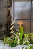 Natuurlijke houten Kerstmisdecoratie met kaarsen en groene prese Stock Foto's