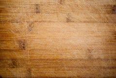 Natuurlijke houten kokende raad met besnoeiingen royalty-vrije stock afbeeldingen