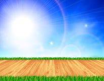 Natuurlijke houten vloer, groen gras, blauwe hemel Royalty-vrije Stock Fotografie