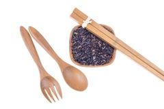 Natuurlijke Houten vork, lepel en eetstokjes met rijst stock foto