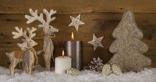 Natuurlijke houten witte bruine Kerstmisdecoratie met twee die branden Stock Foto's
