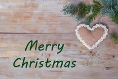 Natuurlijke Kerstmisgroeten met peperkoekhart Stock Afbeeldingen