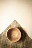 Natuurlijke kom op grijze handdoek Stock Afbeelding