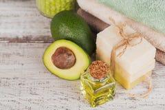 Natuurlijke kosmetische olie en natuurlijke met de hand gemaakte zeep met avocado Stock Afbeelding