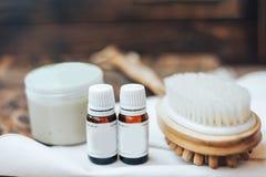 Natuurlijke kosmetische room met oliën, Room en borstel voor lichaam of haar op houten achtergrond stock foto's