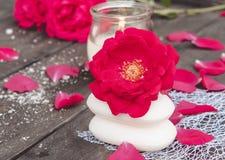 Natuurlijke kosmetische zeep met rode rozen en een hete kaars op een donkere houten achtergrond royalty-vrije stock foto's