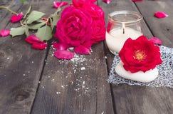 Natuurlijke kosmetische zeep met rode rozen en een hete kaars op een donkere houten achtergrond stock afbeeldingen