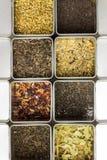 Natuurlijke kruidenfruitthee in metaalkruiken, de foto van het close-upvoedsel Royalty-vrije Stock Foto's