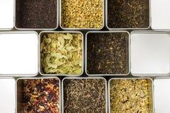 Natuurlijke kruidenfruitthee in metaalkruiken, de foto van het close-upvoedsel Royalty-vrije Stock Afbeeldingen