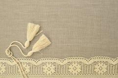Natuurlijke linnenachtergrond met kant Royalty-vrije Stock Afbeeldingen