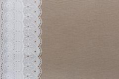 Natuurlijke linnentextuur met wit kant Stock Afbeeldingen
