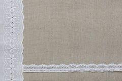 Natuurlijke linnentextuur met wit kant en lint Royalty-vrije Stock Afbeeldingen