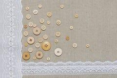 Natuurlijke linnentextuur met witte kant en knopen Stock Afbeelding