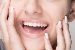 Natuurlijke Make-up en Franse Manicure. De Glimlach van de schoonheid Royalty-vrije Stock Afbeeldingen