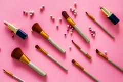 Natuurlijke make-up Van balrouges en borstels patroon op roze hoogste mening als achtergrond Stock Afbeeldingen