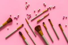 Natuurlijke make-up Van balrouges en borstels patroon op roze hoogste mening als achtergrond Royalty-vrije Stock Foto's