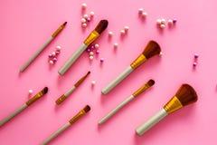 Natuurlijke make-up Van balrouges en borstels patroon op roze hoogste mening als achtergrond Stock Foto's