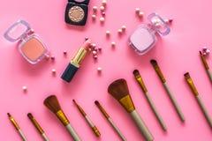 Natuurlijke make-up Van balrouges en borstels patroon op roze hoogste mening als achtergrond Royalty-vrije Stock Afbeeldingen