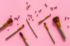 Natuurlijke make-up Van balrouges en borstels patroon op roze hoogste mening als achtergrond Stock Fotografie