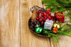 Natuurlijke materialen voor Kerstmisambachten stock afbeelding