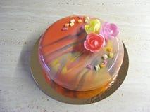 Natuurlijke mening van grenadine mouss cake met spiegelglas in de lentestijl Stock Foto's