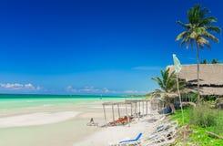 Natuurlijke mening van tropisch strand en turkooise rustig met mensen die en van hun tijd ontspannen genieten Royalty-vrije Stock Foto's