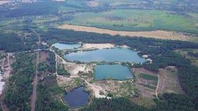 Natuurlijke meren dichtbij de Mijnbouw en verwerkingsinstallatie, het lucht schieten stock video