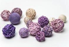 Natuurlijke met de hand gemaakte decoratieve ballen van diverse vormen Royalty-vrije Stock Foto's