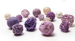 Natuurlijke met de hand gemaakte decoratieve ballen van diverse vormen Stock Afbeelding