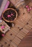 Natuurlijke met de hand gemaakte zeep, aromatische kosmetische olie, overzees zout met koffiebonen stock foto's
