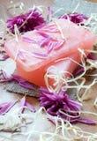 Natuurlijke met de hand gemaakte zeep met bloemen Royalty-vrije Stock Afbeeldingen