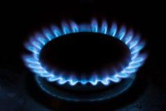 Natuurlijke met gas blauwe vlammen op zwarte achtergrond, propaan brandt op het gaskooktoestel royalty-vrije stock afbeelding