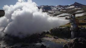 Natuurlijke minerale thermische stoom-water emissie van goed, geothermisch stortingsgebied stock footage