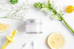 Natuurlijke organische schoonheidsmiddelen voor baby op witte hoogste mening als achtergrond Royalty-vrije Stock Foto's