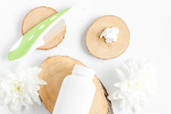 Natuurlijke organische schoonheidsmiddelen voor baby op witte hoogste mening als achtergrond royalty-vrije stock fotografie