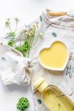 Natuurlijke organische schoonheidsmiddelen voor baby op witte hoogste mening als achtergrond stock fotografie