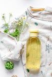 Natuurlijke organische schoonheidsmiddelen voor baby op witte hoogste mening als achtergrond stock foto's