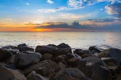 Natuurlijke overzeese rots over het strand met mooie hemel na zonsondergang, natuurlijke landschapsachtergrond Stock Afbeeldingen