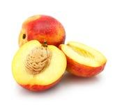 Natuurlijke perzikvruchten die op wit worden geïsoleerd stock afbeeldingen