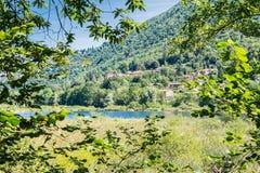 Natuurlijke reserve van meer Ganna en dorp van Ganna, provincie van Varese, Italië Stock Foto