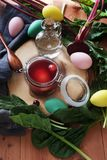 Natuurlijke rode kleurstof voor paaseieren stock afbeelding