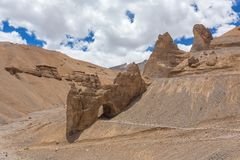 Natuurlijke rotsachtige boog langs de hoge hoogte Manali - Leh-weg in Ladakh Royalty-vrije Stock Foto's