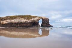 Natuurlijke rotsboog in strand van Kathedralen in Lugo, Galicië, Spanje royalty-vrije stock foto's